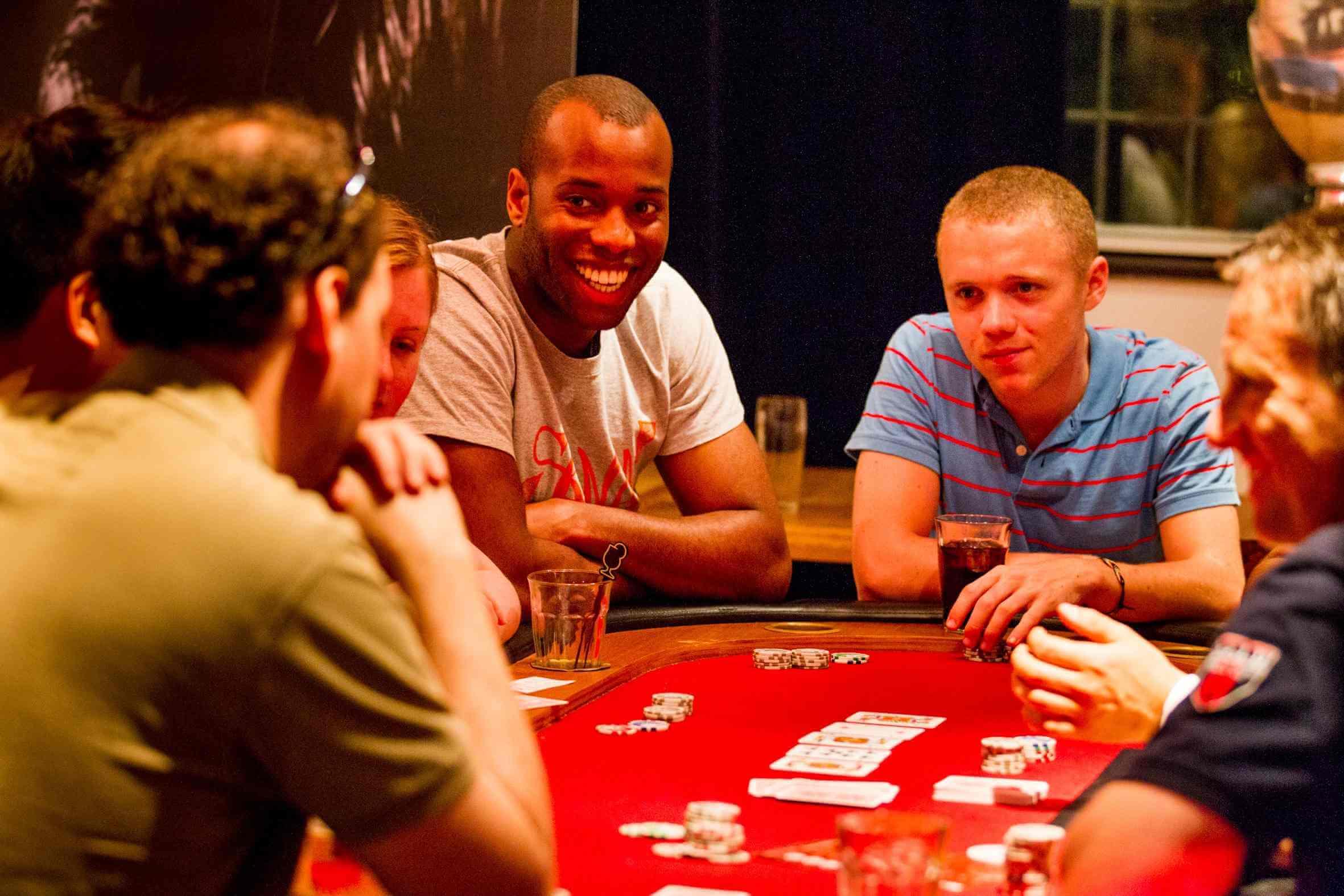 Gelach tijdens een casinofeest