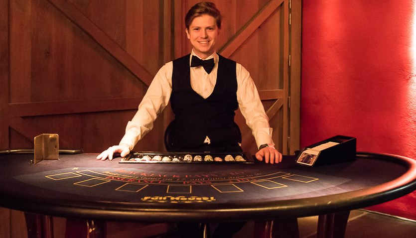 croupier aan blackjacktafel